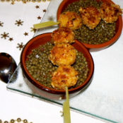 Warm lentils with raspberry vinegar and white pudding skewers breaded in pine nuts