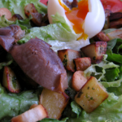 Gourmet salad with gizzards and fried potatoes